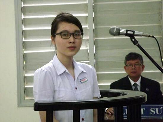 Nguyễn Phương Uyên trong phiên xử sơ thẩm tại toà án Long An 16/05/2013 (Reuters /VNA)