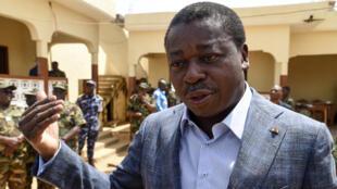 Le président togolais Faure Gnassingbé -alors candidat à sa réélection- lors d'une visite dans le village de Namoundjoga, le 17 février 2020.
