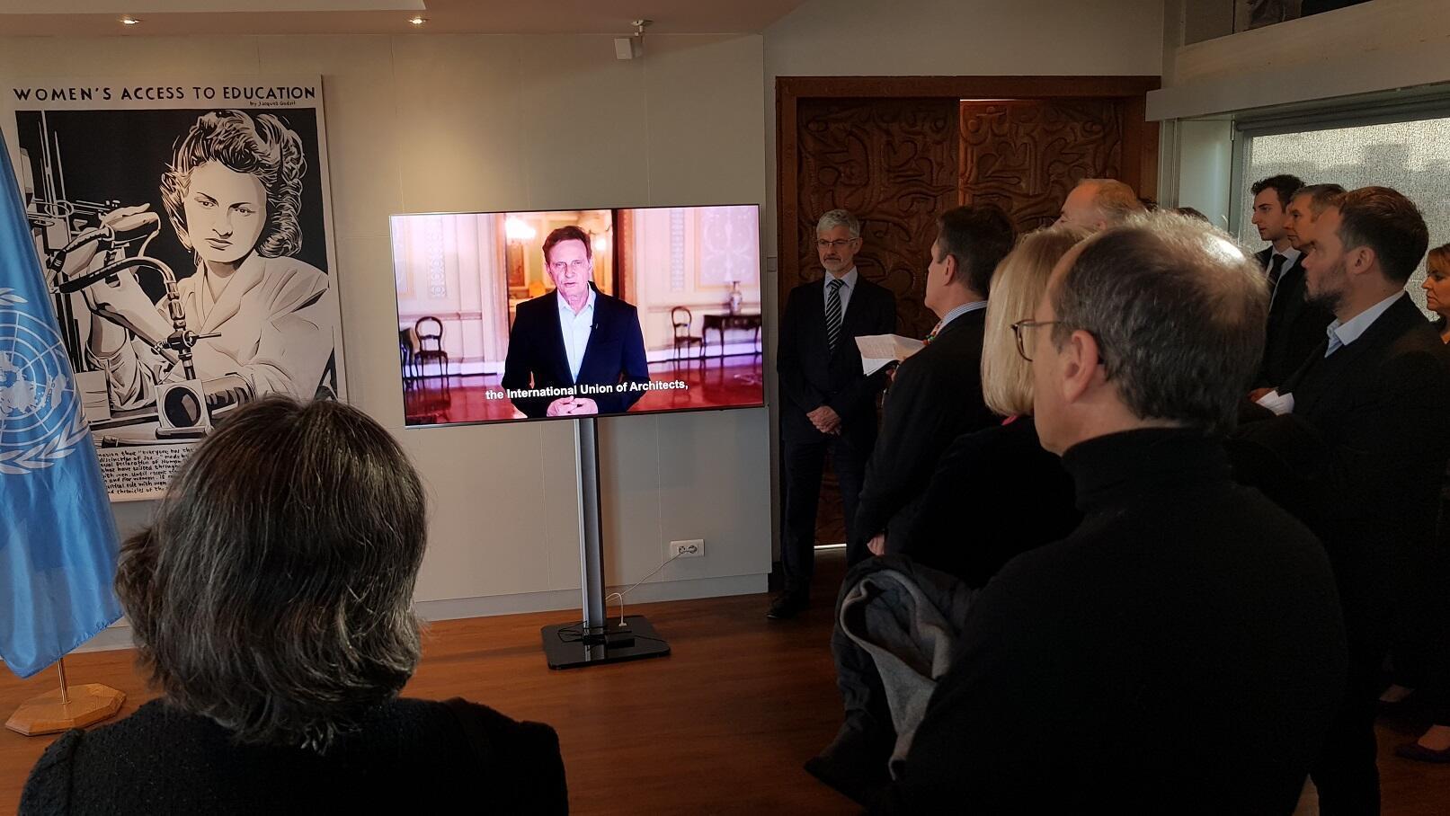 Vídeo do prefeito do Rio de Janeiro, Marcelo Crivella, sendo mostrado em cerimônia na Unesco, Paris 18/01/2019