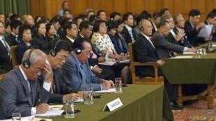 Phái đoàn Cam Bốt (T) và Thái Lan tại Tòa án Công lý Quốc tế (CIJ), La Haye, Hà Lan, ngày 18/07/2011