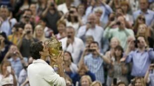 Roger Federer vence a final masculina de Wimbledon pela sétima vez e volta ao topo do ranking mundial.