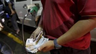 Os postos de gasolina devem enfrentar longas filas hoje, antes do reajuste na Venezuela.