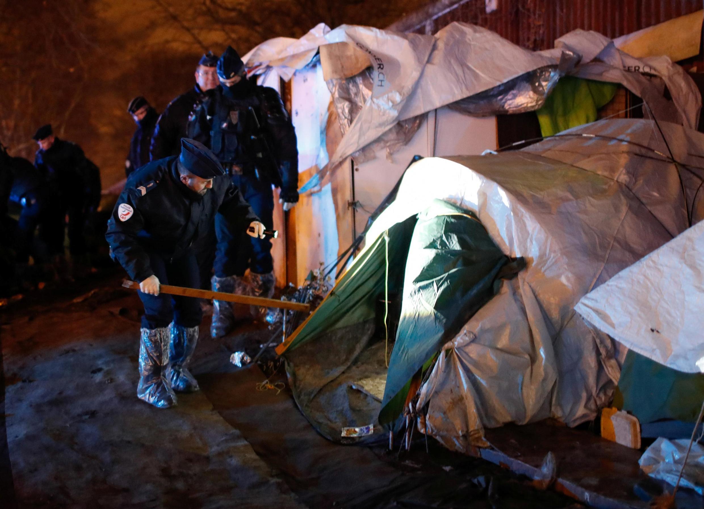 پلیس فرانسه روز سه شنبه ٢٨ ژانویه/٨ بهمن، عملیات تخلیۀ بیش از ١٤٠٠ پناهجو و مهاجر غیرقانونی را از کمپی واقع در شمال پاریس آغاز کرد.