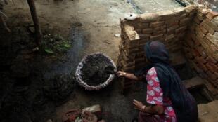 Une vieille dame nettoie des toilettes publiques dans le village de Nekpur, à l'est de New Delhi.