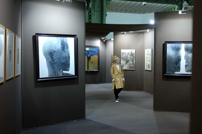 Un visiteur dans l'univers du peintre polonais Beksinski au Grand Palais.