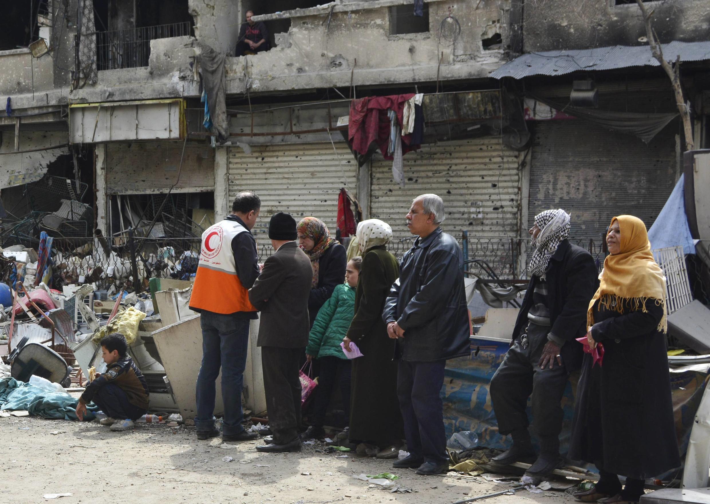 Cảnh phân phối thực phẩm tại trại tỵ nạn Palestine Yarmouk, đầu tháng 3 năm 2015.