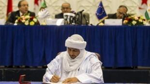 Bilal Ag Chérif, secrétaire général du CMA, au moment du paraphe du projet d'accord de paix inter-malien, jeudi 14 mai à Alger.