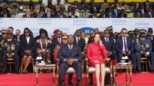 Le président gabonais Ali Bongo et la première dame Sylvia Bongo assistent au défilé militaire pour la fête du 59e anniversaire de l'indépendance, à Libreville, le 17 août 2019.