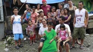 Un couple et 17 de ses 22 enfants, au Philippines. La croissance de la population mondiale devrait ralentir dans les prochaines décennies.