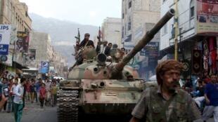 Des combattants loyalistes dans la ville de Taëz (Yémen), dont ils essaient de reprendre le contrôle.
