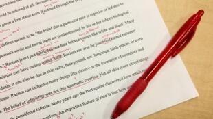 Des milliers d'enseignants en colère ont créé un groupe Facebook intitulés les «stylos rouges».