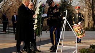 特朗普周四在華盛頓阿靈頓國家公墓鮮花