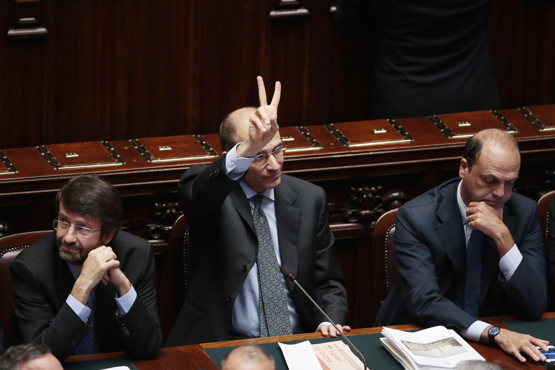 Thủ tướng Enrico Letta (giữa) vui mừng sau thắng lợi trong cuộc bỏ phiếu tín nhiệm tại Thượng viện Ý ngày 2/10/2013.