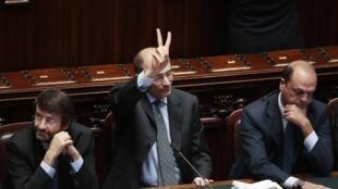 Enrico Letta (C), président du Conseil, aux côtés de son ministre de l'Intérieur Angelino Alfano (D), lors du vote du Sénat le 2 octobre 2013.