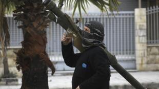 Un combattant de l'Armée syrienne libre armé d'un missile sol-air, à Alep, le 26 décembre 2013.