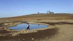 Một hồ chứa nước tại California cạn kiệt nước. Ảnh chụp ngày 22/01/2014.