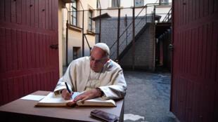 Papa Francisco escreve uma nota em livro de visitantes no Museu das Ocupações e Lutas por Liberdade, em Vilnius, na Lituânia, 23 de setembro de 2018