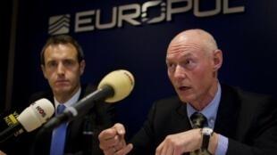Rob Wainwright (G), le directeur d'Europol, et Jens Henrik Hoejbjerg (D), le chef de la police du Danemark lors d'une conférence de presse au siège de l'organisation à La Haye, le 16 décembre 2011.