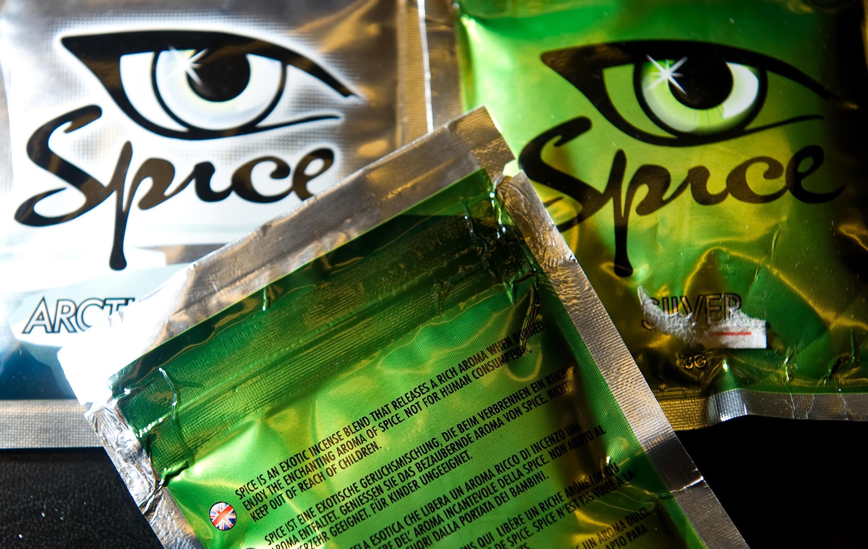 Des sachets de «Spice», une nouvelle drogue de synthèse de la famille des cannabinoïdes: «impropre à la consommation humaine» comme il est mentionné sur l'emballage, le «Spice» est contrôlé voire illégal dans une quinzaine de pays de l'Union européenne.