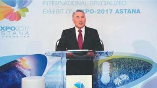 Нурсултан Назарбаев во время посещения строительства EXPO-2017 в Астане (архив)