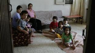 Une famille de réfugiés irakiens dans leur appartement de Beyrouth, au Liban.