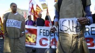 Des manifestants lors d'un rassemblement contre l'austérité, à Rome, le vendredi 18 octobre 2013.