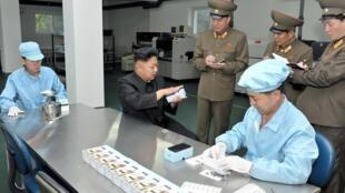 Kim Jong-Un tham quan cơ sở chế tạo điện thoại thông minh của Bắc Triều Tiên