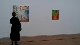 Visitante no Centro Pompidou observa obra de Gérard Richter.