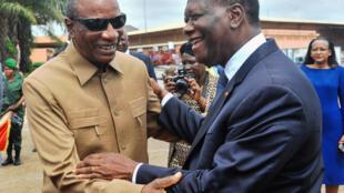 (Illustration) Le président guinéen Alpha Condé (G) accueillant son homologue ivoirien Alassane Ouattara (D), à Conakry, le 26 octobre 2017.