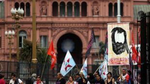 Un hombre sostiene un cartel con la imagen de Santiago Maldonado durante una manifestación frente a la Casa Rosada en Buenos Aires, el 18 de octubre de 2017.