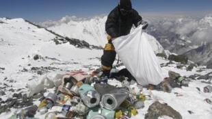 Image d'illustration: Un sherpa népalais ramasse des déchets sur l'Everest. 存档图片:尼泊尔夏尔巴人在世界屋脊清理垃圾