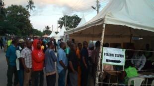 Les Kenyans en train de voter à Mombasa, lors du précédent scrutin du 08 août 2017 finallement annulé.