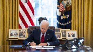 Joe Biden signe des décretssur l'assurance maladie et l'accès à l'avortement