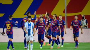 Le FC Barcelone, grâce à un but signé Luis Suarez (c) a dominé le derby catalan contre l'Espanyol au Camp Nou, le 8 juillet 2020