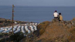 Des réfugiés observent le nouveau camp temporaire de l'île de Lesbos après l'incendie qui a détruit le camp de Moria.