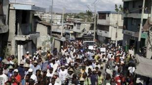 Des Haïtiens manifestent dans les rues de Port-au-Prince, le 12 février 2016.