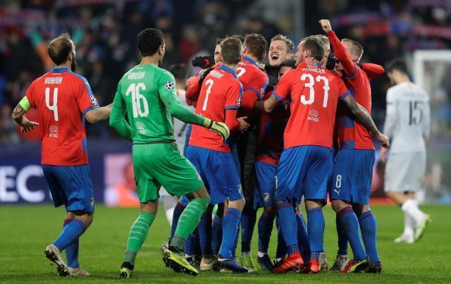 'Yan wasan CSKA Moscow yayin murnar lallasa Real Madrid da kwallaye 3-0 a Santiago Bernabéu.