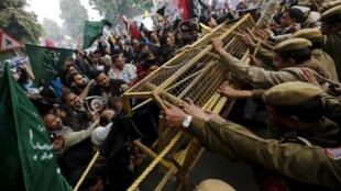 Muçulmanos xiitas protestam em frente à embaixada da Arábia Saudita em Nova Deli na Índia. 04/01/16