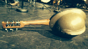 Une photo d'instrument fabriqué à partir d'un casque.