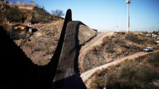 La frontière entre les Etats-Unis et le Mexique, au niveau de Nogales, en Arizona.