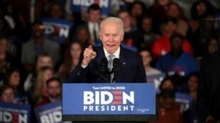 El candidato presidencial demócrata Joe Biden celebra tras el triunfo la noche del 29 de febrero de 2020 en las primarias demócratas de Carolina del Sur, en Columbia