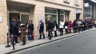 Eleitores brasileiros fazem fila diante do local disponibilizado pelo Consulado do Brasil em Paris para as eleições 2018.