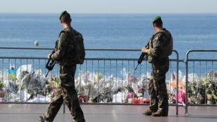 Tại thành phố Nice (Pháp), từ sau vụ khủng bố ngày 14/07/2016, đại lộ 'Promenade des Anglais' được bảo vệ bằng rào cản và lính tuần tra.