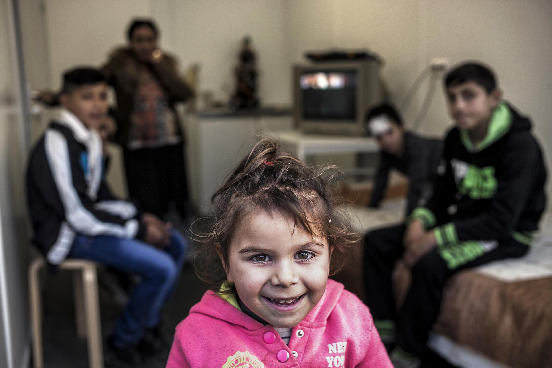 Une jeune fille roumaine et sa famille en décembre 2015, près de Lyon, en France.