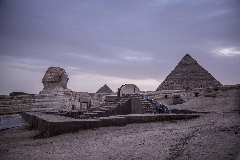 Une vue des pyramides de Gizeh et du Sphinx prise le 30 mars alors que le site était fermé pour cause de pandémie de coronavirus.