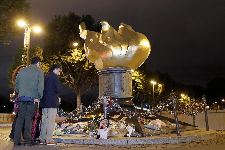 La Flamme de la liberté, à Paris, domine le pont de l'Alma où la princesse Diana a été victime d'un accident de voiture le 31 août 1997.