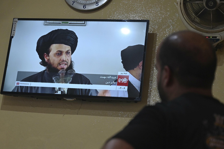 Un hombre ve un programa sobre religión en la cadena Tolo News, en un restaurante de Kabul, el 3 de septiembre de 2021