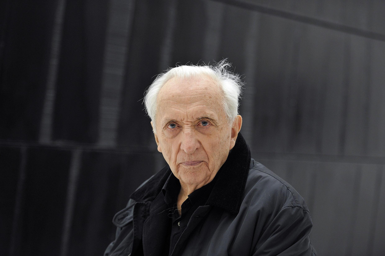 Le peintre Pierre Soulages, ici en 2014, au musée Soulages, à Rodez, devant des peintures «outrenoires».