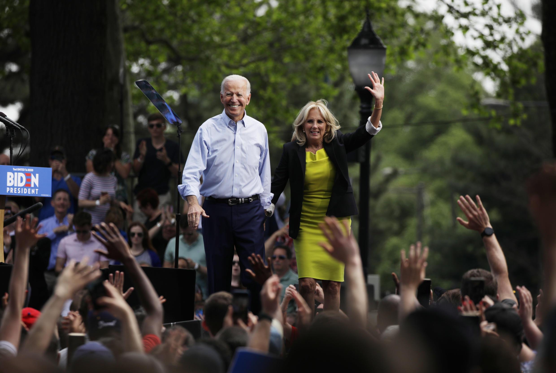 Joe Biden cùng với vợ là bà Jill Biden, trong một cuộc vận động tranh cử tổng thống, ngày 18/05/2020 tại Philadelphia, Pennsylvania.