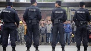 刘汉涉黑案一审在湖北咸宁开庭, 庭外围观的人群 2014年3月31日